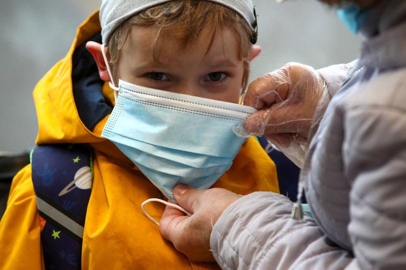 Maseczka trójwarstwowa chirurgiczna /Sergei Karpukhin\TASS /Getty Images
