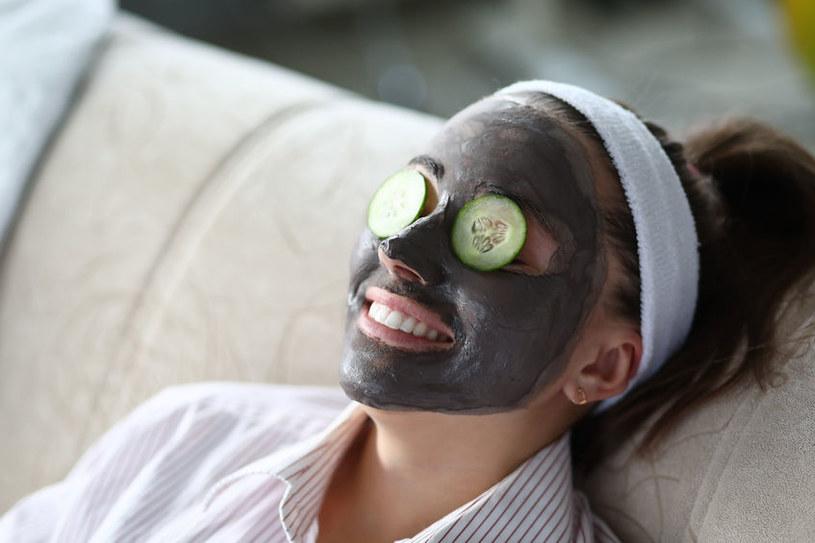 Maseczka z glinki bentonitowej oczyści twarz i pomoże na trądzik /123RF/PICSEL