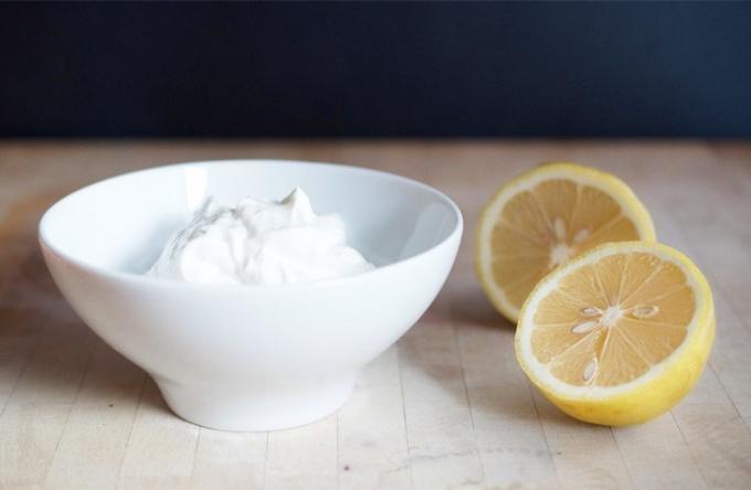 Maseczka z jogurtu i cytryny na twarz /© Photogenica