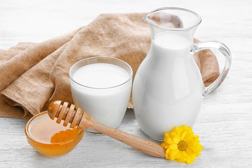 Maseczka z miodu i mleka /©123RF/PICSEL