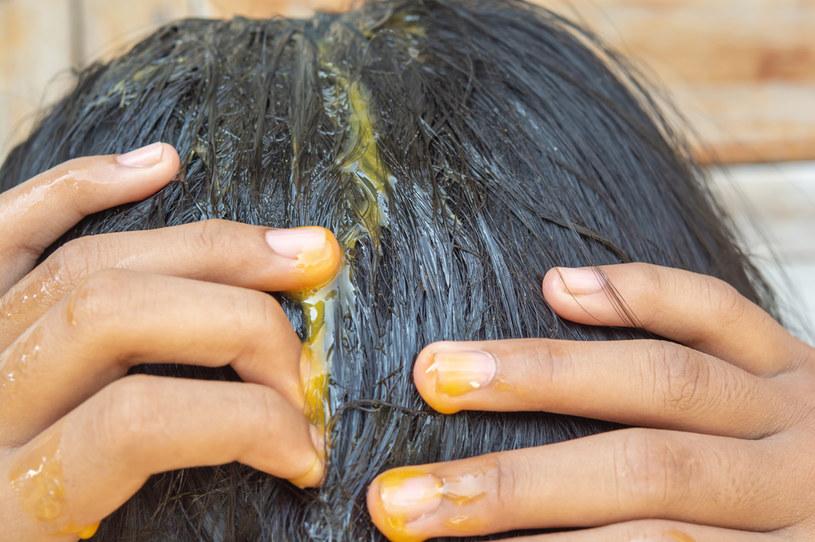 Maseczka z żółtek wzmocni włosy /123RF/PICSEL