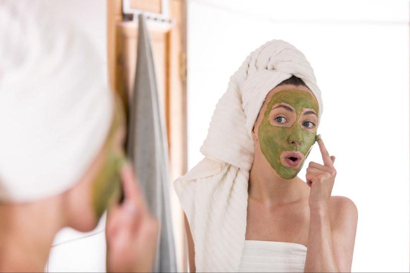 Maseczkę możesz nałożyć bezpośrednio na twarz lub wykorzystać okład z płatków kosmetycznych /123RF/PICSEL
