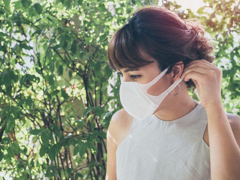 Maseczki medyczne mogą ochronić osoby je noszące przed zakażeniem się, a także zapobiegać rozprzestrzenianiu wirusa przez osoby zakażone /123RF/PICSEL