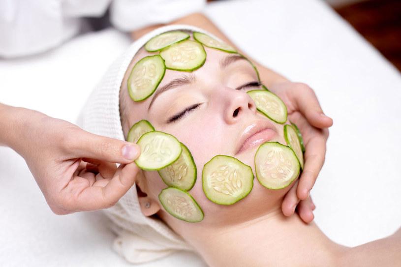 Maseczki nakładaj na twarz ok. godz. 18, wtedy skóra najlepiej przyjmuje składniki /123RF/PICSEL