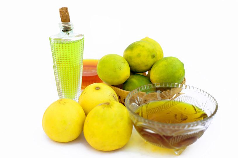 Maseczki warto przygotować na bazie soku z cytryny i oliwy /123RF/PICSEL