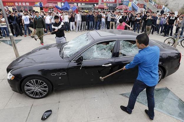 Maserati zostało zniszczone przy pomocy młotów... /AFP