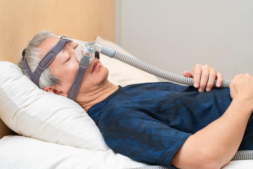 Maska CPAP -  jeden z podstawowych sposobów leczenia bezdechu sennego /123RF/PICSEL