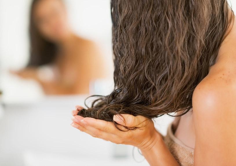 Maskę do włosów powinno się stosować przynajmniej raz w tygodniu /123RF/PICSEL