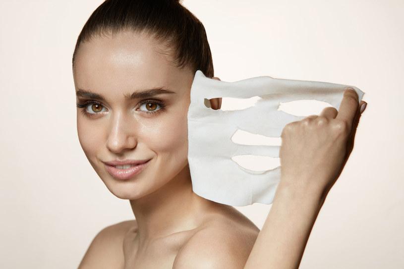 Maski często mają formę płatków kolagenowych lub tkaniny nasączonej substancjami aktywnymi. /123RF/PICSEL