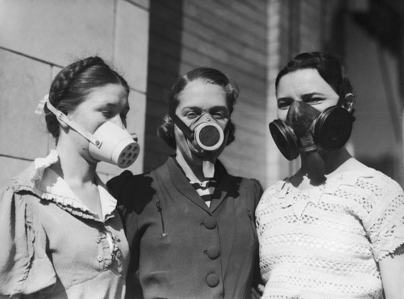 Maski miały zapewniać ochronę przed pyłem /Bert Garai/Keystone/Hulton Archive/Getty Images /Getty Images