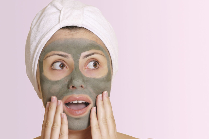 Maski na twarz o działaniu bakteriostatycznym stosowane są przy cerze tłustej i trądziku /© Panthermedia