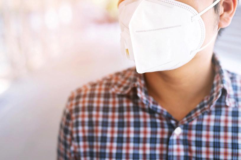 Maski poliestrowe skuteczniej zatrzymują koronawirusa /123RF/PICSEL