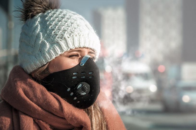 Maski przeciwsmogowe to jeden z wielu sposobów, by chronić się przed smogiem /123RF/PICSEL