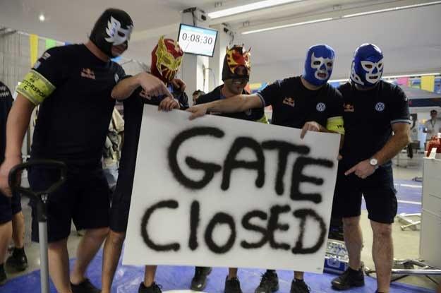 Maski rodem z wrestlingu /AFP