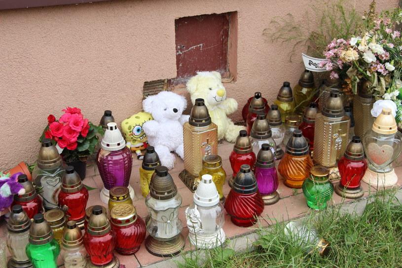 Maskotki i znicze przed domem w Olecku, w którym doszło do zabójstwo 9-miesięcznej Blanki. /Jacek Buraczewski /PAP