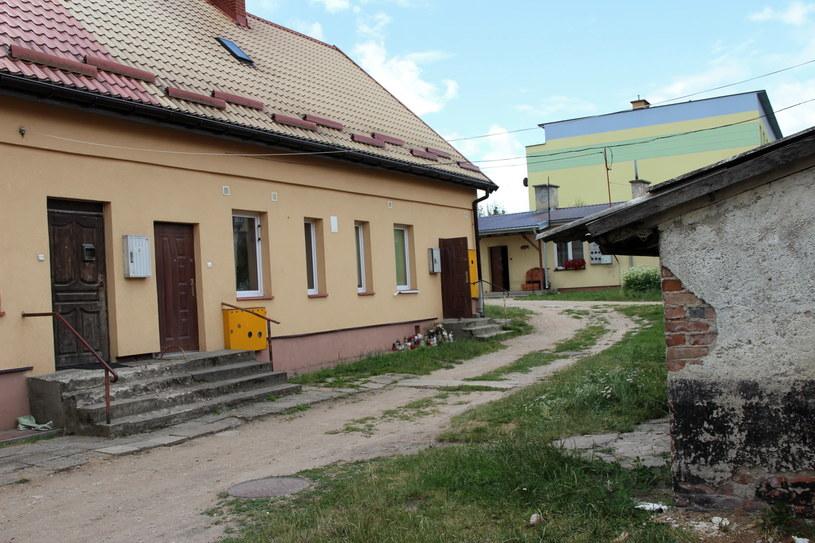 Maskotki i znicze przed domem w Olecku, w którym doszło do zabójstwo 9-miesięcznej Blanki /Jacek Buraczewski /PAP