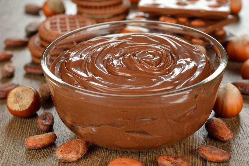 Masło czekoladowe do ciała wzbogacone olejkiem migdałowym dobrze ujędrnia, nawilża i uelastycznia skórę, zapewnia jej niezwykłą gładkość /123RF/PICSEL