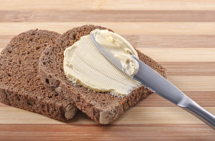 Masło na ciemnym pieczywie /©123RF/PICSEL