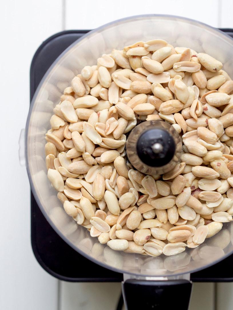 Masło orzechowe możesz wykonać samodzielnie. Wystarczy zblendować orzechy i gotowe! /123RF/PICSEL