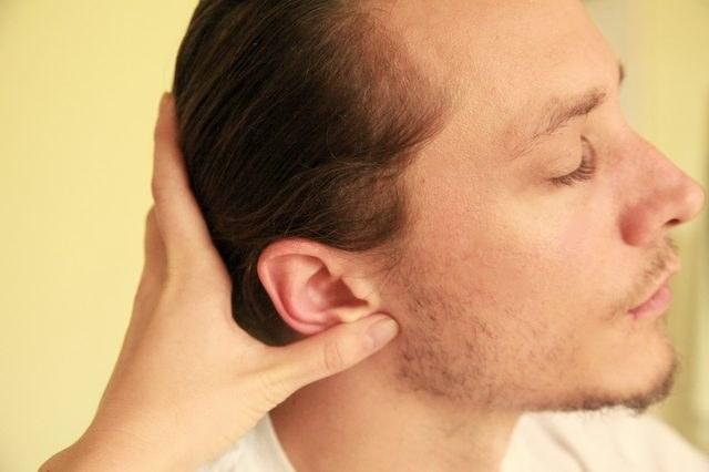 masowanie uszu /© Photogenica