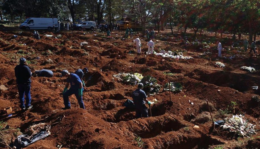 Masowe groby w Brazylii /Paulo Whitaker /PAP/EPA