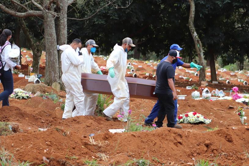 Masowe groby w największym ognisku epidemii /Jose Antonio de Moraes/Anadolu Agency /Getty Images