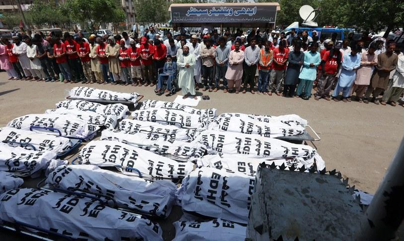 Masowe pogrzeby ofiar upałów w Pakistanie /PAP/EPA