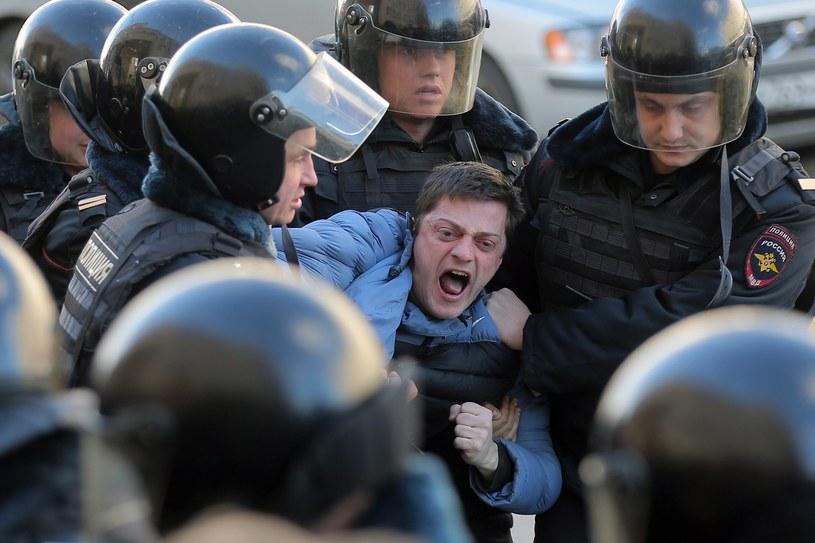 Masowe zatrzymania demonstrantów w Rosji /MAXIM SHIPENKOV    /PAP/EPA