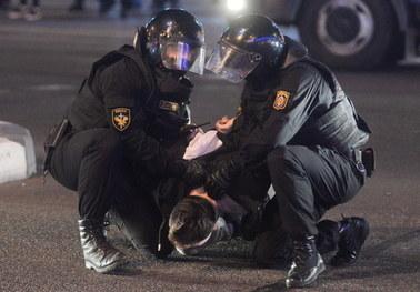 Masowe zatrzymania, są ranni. Milicja brutalnie rozpędza protesty na Białorusi
