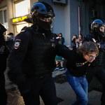 """Masowe zatrzymania uczestników akcji """"'NIE' dla wiecznego Putina"""". Świadkowie: Policja działała brutalnie"""