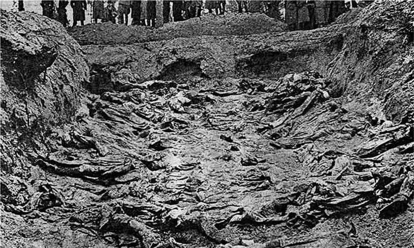 Masowy grób zamordowanych przez Sowietów polskich oficerów – ekshumacja w 1943 roku /Wikimedia