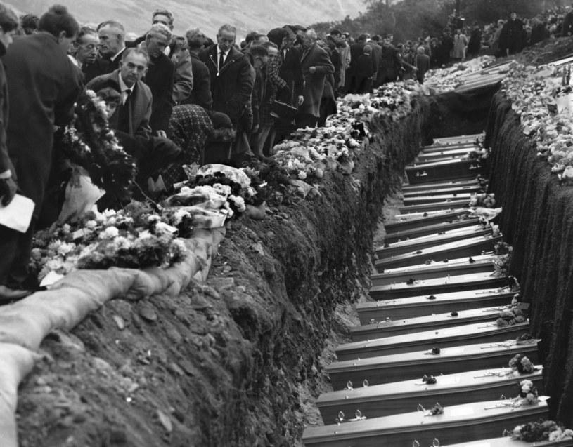 Masowy pogrzeb części ofiar lawiny szlamu w Aberfan /George Freston / Stringer /Getty Images