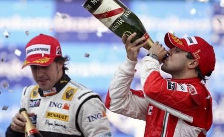 Massa po GP Brazylii delektował się szampanem /AFP