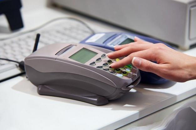 MasterCard i Visa w reakcji na administracyjną redukcję interchange podnoszą inne opłaty /©123RF/PICSEL