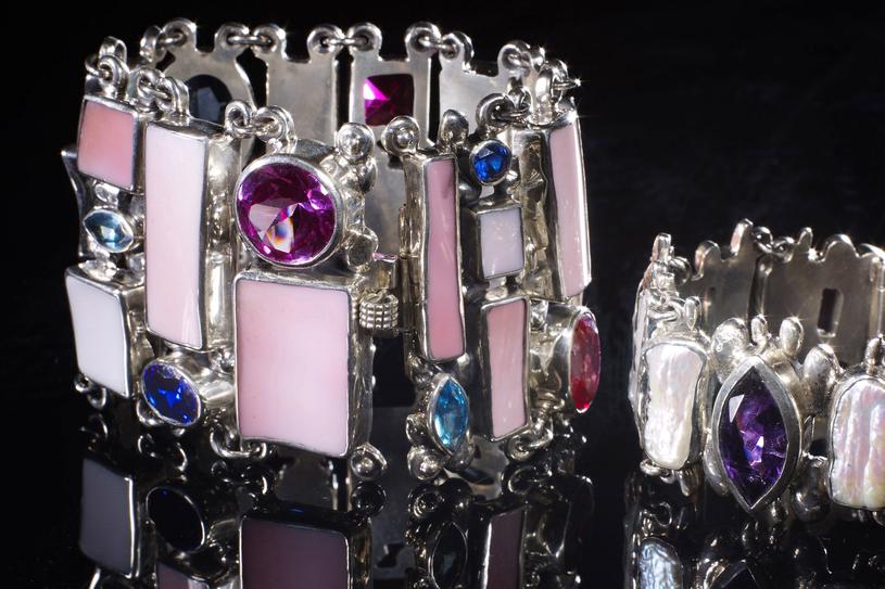 Masywna biżuteria, która przyciąga wzrok,  sprawdzi się przy minimalistycznych stylizacjach /Agencja FORUM