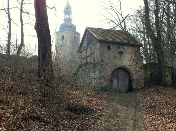 Masywna brama i mur z otworami strzelniczymi przypominają ruiny zamku, choć to katolicki kościół  Fot.: Szymon Wrzesiński /