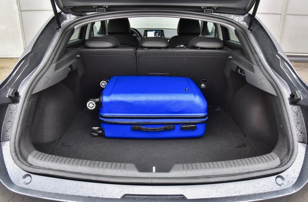 Masywne słupki wyraźnie ograniczają kierowcy Hyundaia widoczność w tył. Pojemność bagażnika Fastbacka to 450 l – to o 55 l więcej niż w hatchbacku i o 152 l mniej niż w kombi. /Motor
