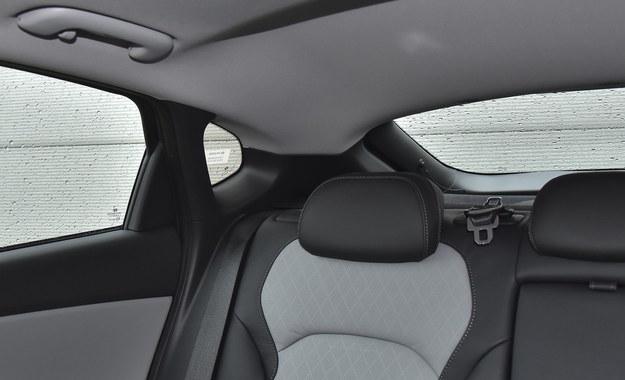 Masywne słupki wyraźnie ograniczają kierowcy Hyundaia widoczność w tył. /Motor