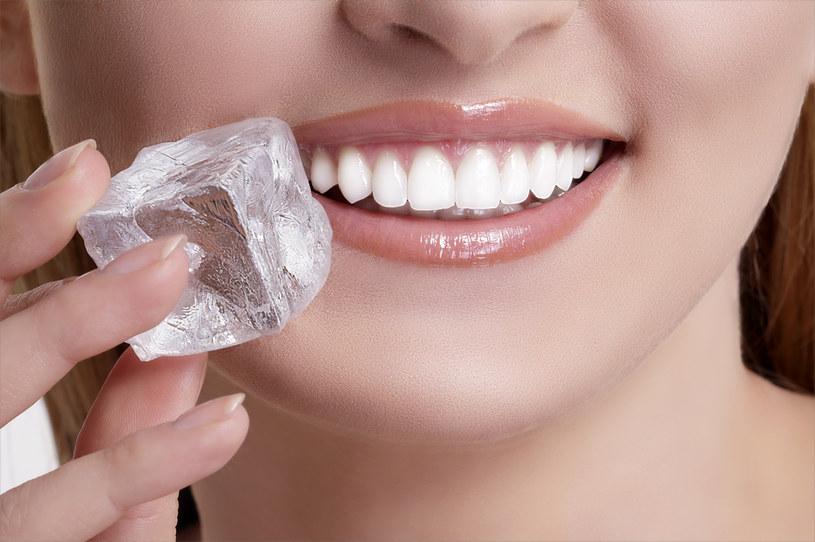 Masz ochotę na kostki lodu? Lepiej wykonaj badanie krwi /123RF/PICSEL