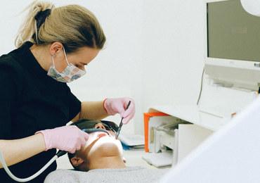 Masz operację? Wcześniej zadbaj o zęby