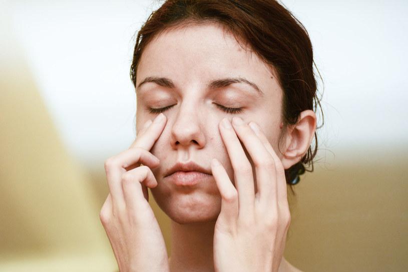 Masz opuchnięte i zmęczone oczy? Ten sposób jest na to najskuteczniejszy /123RF/PICSEL