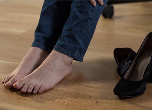 Masz spuchnięte stopy i ciężkie nogi po całym dniu? Są na to rady! /123RF/PICSEL