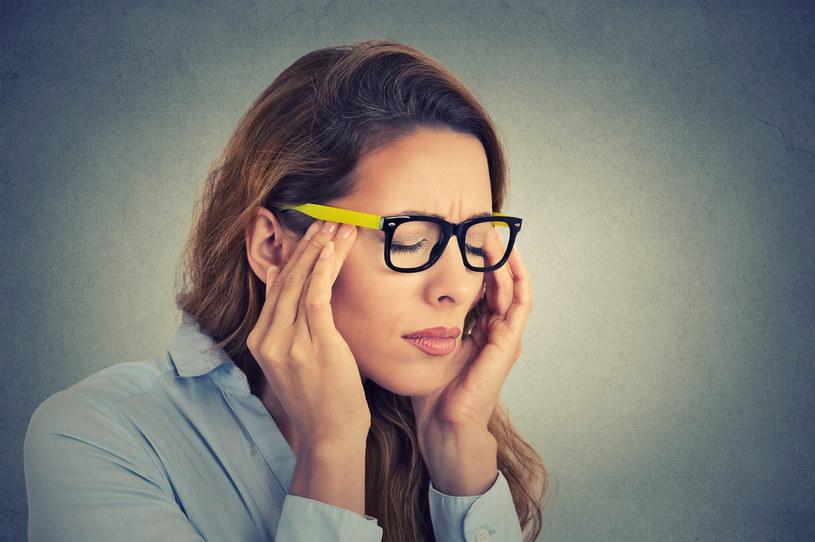 Masz zawężone pola widzenia, gorączkę i nudności? To może być poważna choroba /123RF/PICSEL