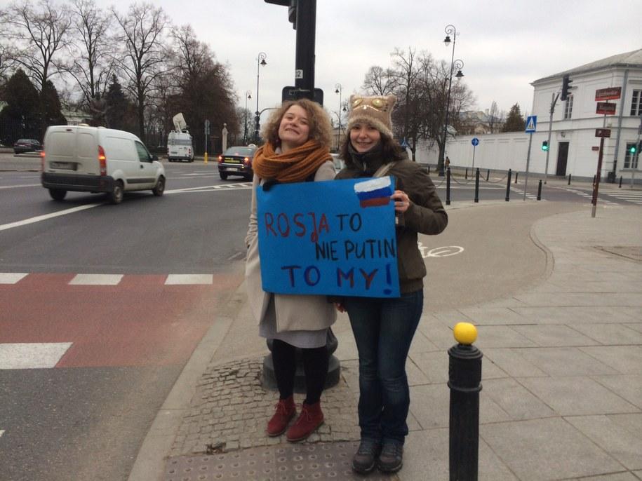 Masza i Julia przed ambasadą Rosji w Warszawie /Mariusz PIekarski /RMF FM