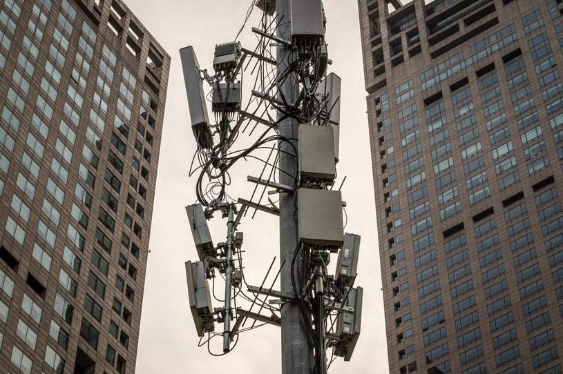 Maszty sieci komórkowych 5G płoną w kolejnych państwach /AFP