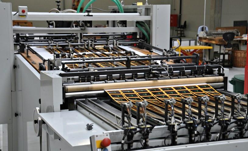 Maszyna produkcyjna służąca do rozdzielania kart /INTERIA.PL/materiały prasowe