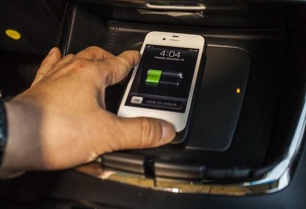 Mata do bezprzewodowego ładowania smartfona /Toyota