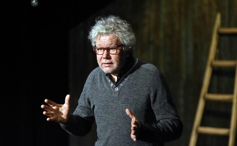 """""""Materia Prima udowadnia, że w normalnie funkcjonującym krwiobiegu teatralnym jest wiele nurtów teatru. Ten, który pokazujemy na naszym festiwalu nie ma nic wspólnego z polityką, posługuje się poezją, czyli metaforą teatralną adresowaną do człowieka wolnego"""""""