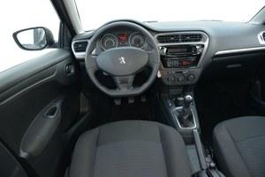 Materiały w kabinie zaskakują pozytywnie. Złe wrażenie robią detale: niepełne podświetlenie radia czy sterowanie szybami z konsoli. /Motor