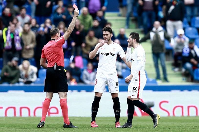 Mateu Lahoz pokazuje czerwoną kartkę Sergio Escudero (pierwszy z prawej) /AFP